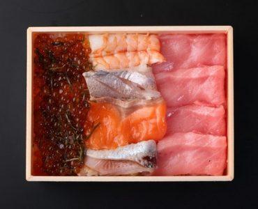 【中とろ海鮮いくら重】<br /> 中とろ、いくら、日替わりの海鮮を入れたバラエティあるお重。